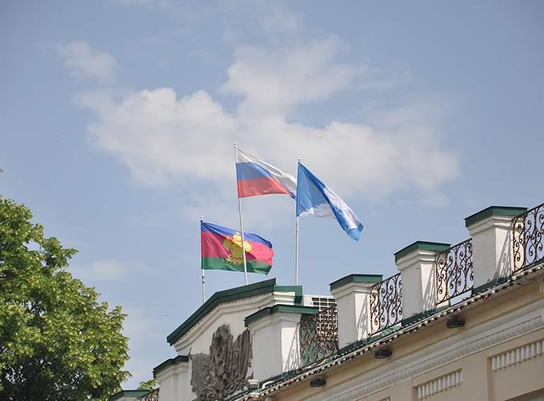 А над администрацией флаги реют всегда