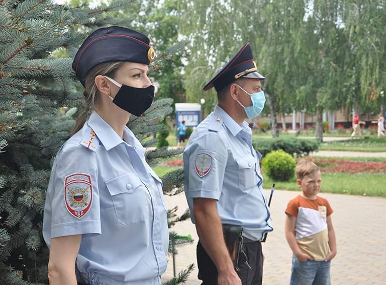 Думаете, они не хотели бы снять маски?