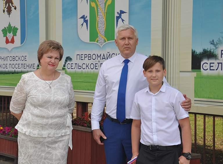 Глава района Александр Шаповалов пришел на праздничное мероприятие с сыном