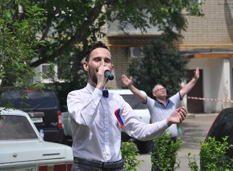 Вокалист Валерий Парфенов и неизвестный самодеятельный дирижер