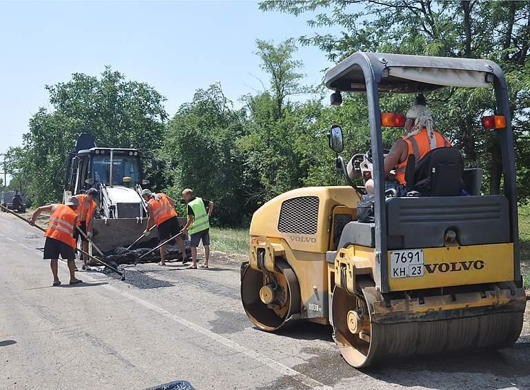 Первый этап восстановительных работ  по улице Красной села Школьного – ямочный ремонт