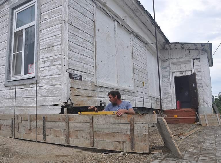Заливка цоколя, которая проводится в настоящее время, поможет обновить фундамент начальной школы №34 ст. Черниговской, продлить ему жизнь