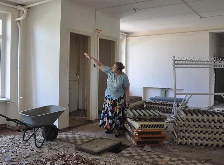 Директор железнодорожной школы Ирина Письменная  рассказывает о реконструкции в здании бывших мастерских