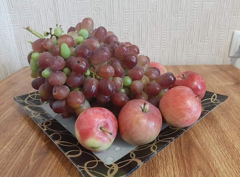 Главный и очень вкусный элемент натюрморта – увесистая гроздь винограда Ризамат