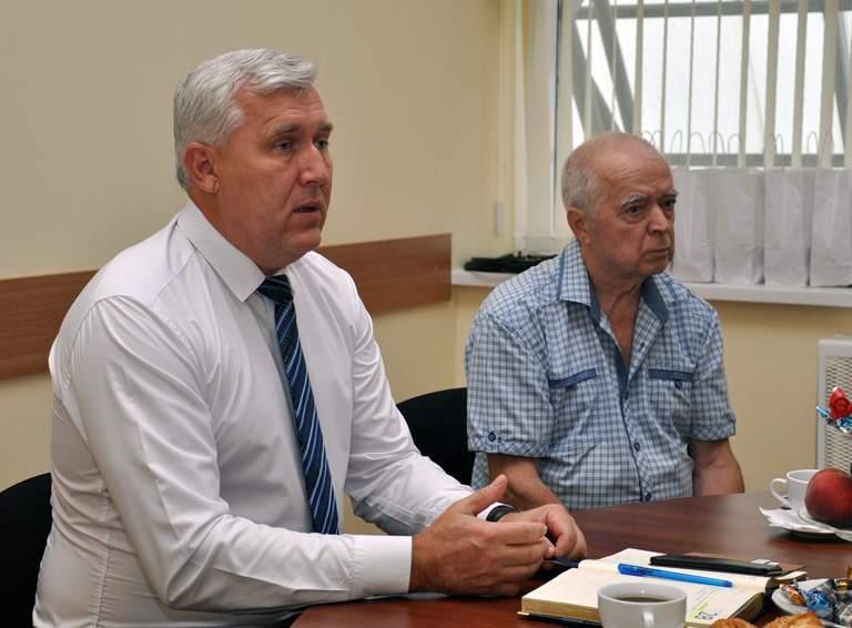 Глава района Александр Шаповалов и председатель районного совета ветеранов Геннадий Рудометов
