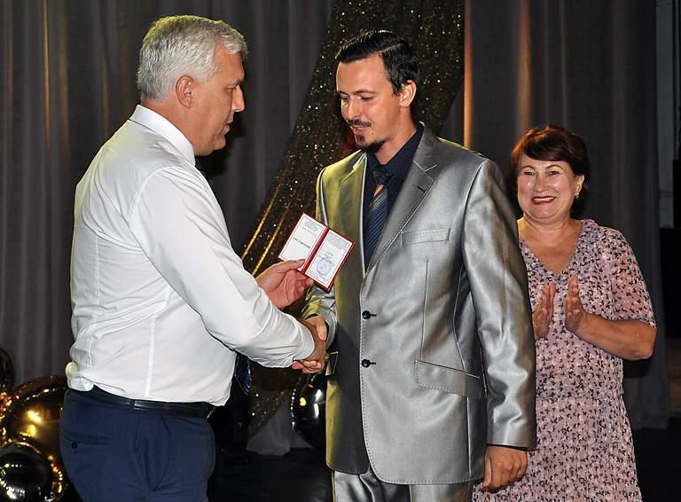 Почетного звания «Заслуженный деятель искусств Белореченского района» удостоен Андрей Лифарь, артист-вокалист Районного Дома культуры