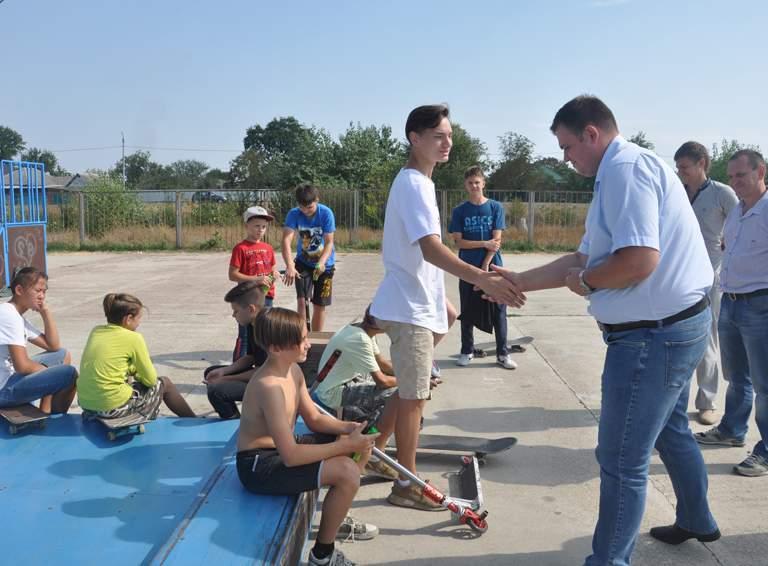Глава города Алекасандр АБРАМОВ общается с юными скейтбордистами и любителями самокатного спорта