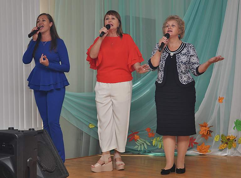 Педагоги Центра творчества исполняют «Гимн учителей»