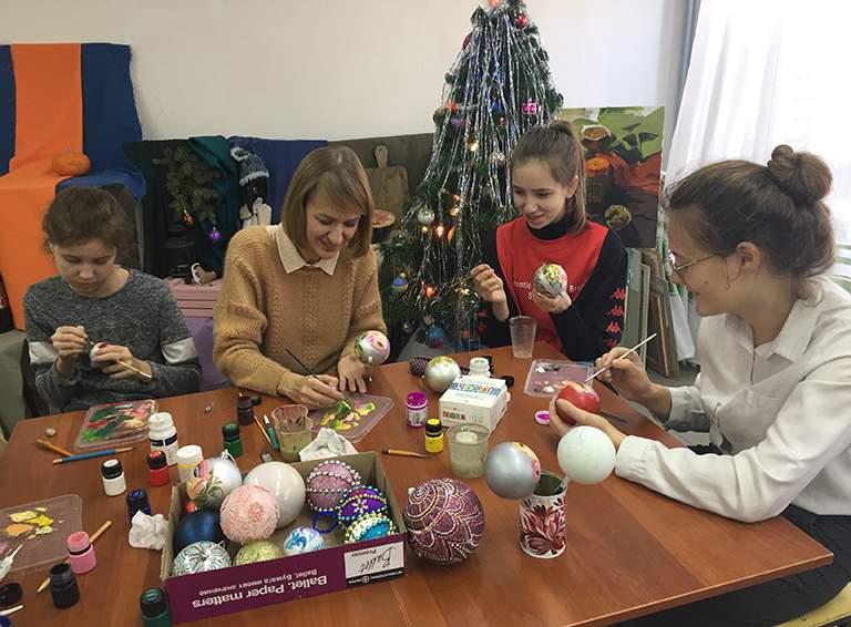 Учащиеся детской художественной школы на мастер-классе Валерии Титовой по росписи новогодней игрушки