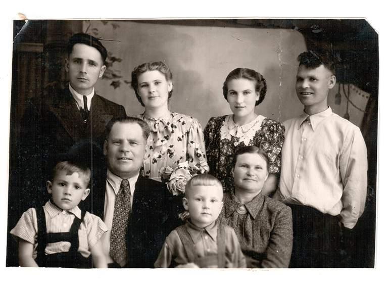 Председатель белореченского отделения Всероссийского общества охраны природа  Илья Малюта (первый ряд) в кругу семьи. 1950-е гг.