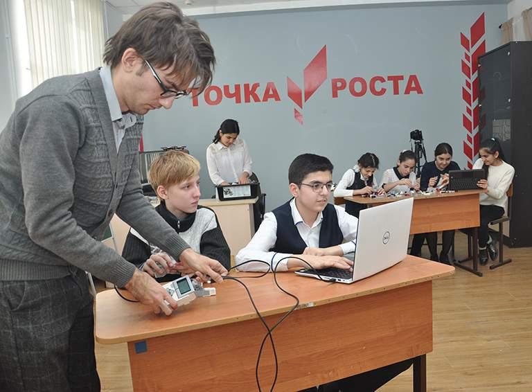 В Центре образования гуманитарного и цифрового профилей «Точка роста» школы №29 занятие ведёт Вадим Полонский