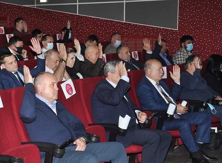 Депутаты голосуют за то, чтобы признать в целом удовлетворительной̆ работу главы и администрации по итогам прошедшего 2020 года