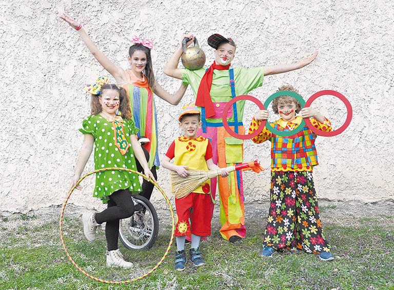 На моноцикле Софья Кирсанова, с пудовой гирей Александр Смоленко, слева и справа – начинающие клоуны Полина Гончарова и Роман Крючков, в центре – самый юный «юморист» народного цирка пятилетний Фёдор Кирсанов