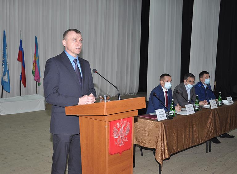 В своём выступлении глава администрации Александр Бригидин подвёл итоги прошлого года, проанализировал проблемы, которые волнуют земляков