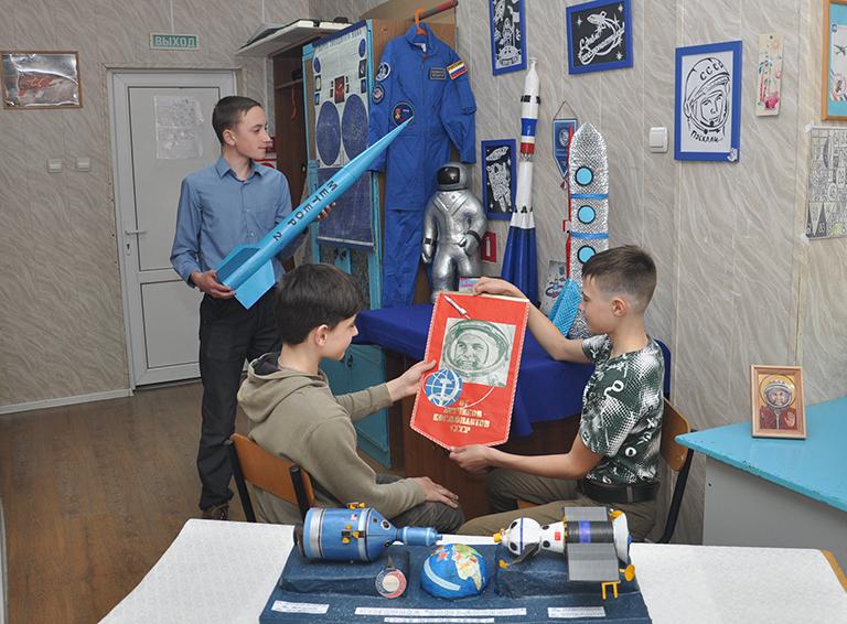 Егор Яковлев, Денис Русских и Прохор Богданов, увлечённые  летательной техникой, следят за космическими новинками  и создают их масштабированные модели