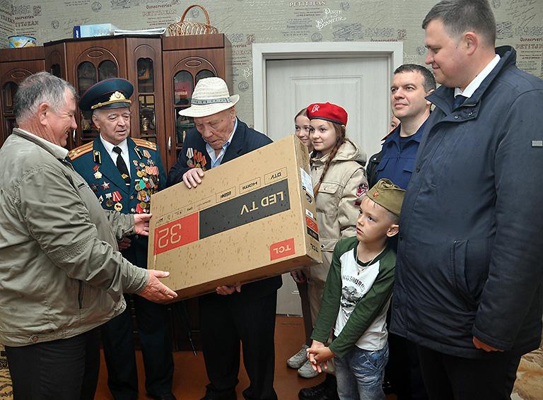 Подарок получает Михаил Дмитриевич СТРЕЛЬНИКОВ