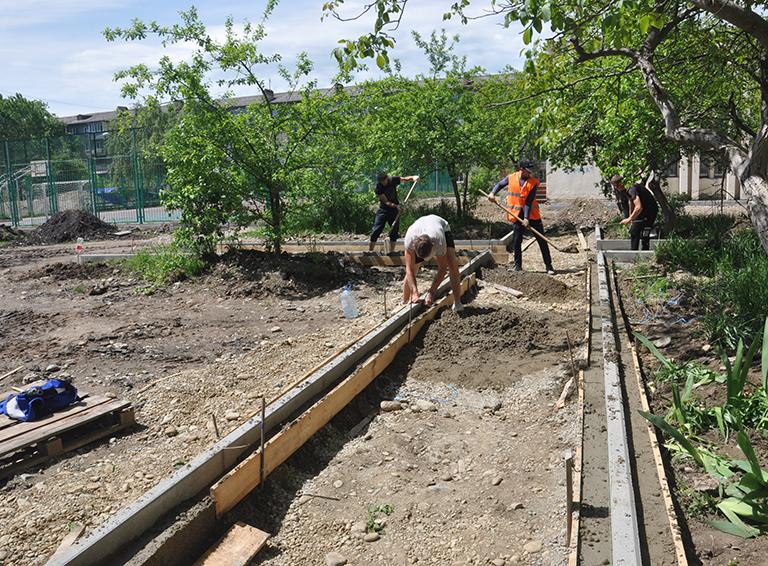 Тротуар, который обустраивают во дворе дома №27 по ул. Ленина,  безусловно, добавит уюта двору и комфорта жителям