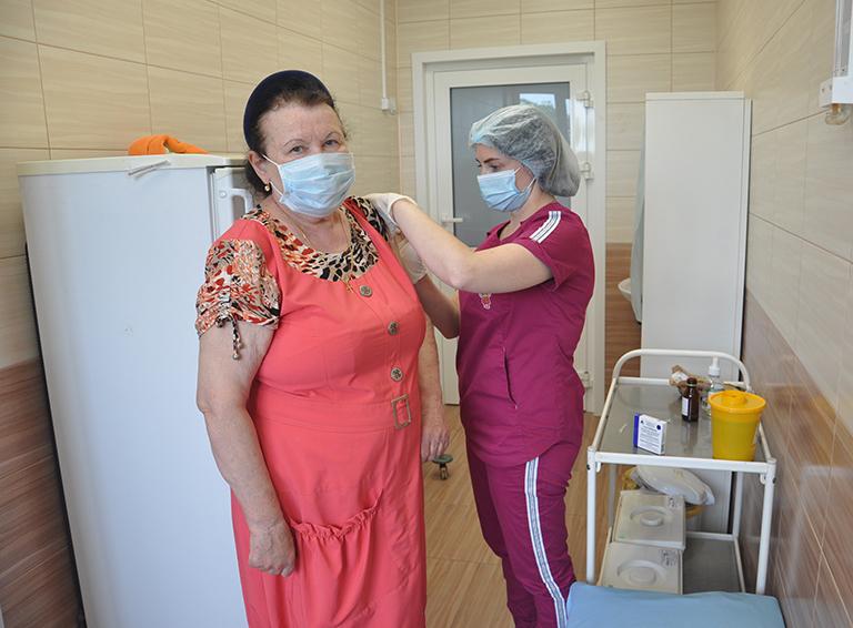 Чтобы не бояться третьей волны, которая может случиться, Галина Удовыченко пришла в больницу и сделала первую прививку от коронавируса