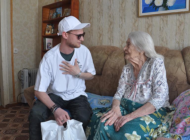 Молодой специалист «ЕвроХим-БМУ» Владимир Бородин от всего сердца благодарит за Победу участницу войны Нелли Винокурову