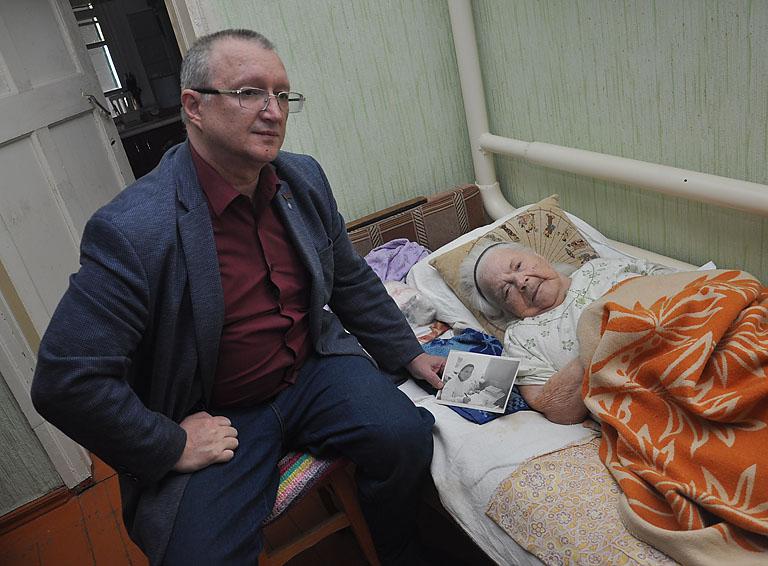 Главный редактор районной газеты Вячеслав Барашихин вместе с фронтовой медсестрой Ириной Тихоновой вспоминают её военные годы