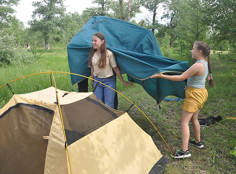 Кто сказал, что собрать палатку девушкам не под силу?