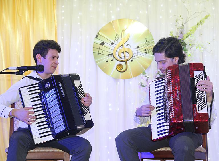 Звучит «Парижский каскад» Евгения Доги в исполнении  Вараздата Спиридонова и Арама Закаряна