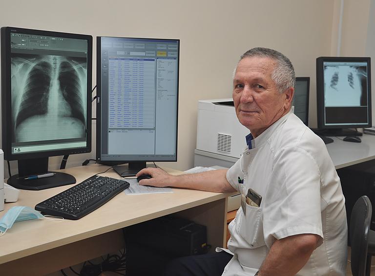 Врач-рентгенолог Михаил Худолей за монитором компьютерного рентген-аппарата